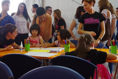 "Children taking part in the workshop entitled ""Paint lights and shadows on science"" at the Researchers' Night in Spain"