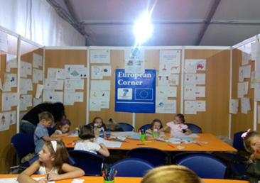 "Some of the participants (children with their  parents) at the workshop entitled ""Paint lights and  shadows on science"" at the Researchers' Night stand by the University of Jaén (Spain)"
